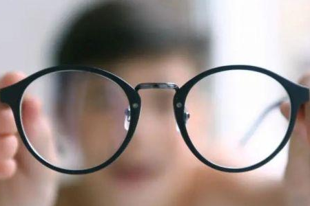 儿童戴离焦镜如何使镜架不下滑?