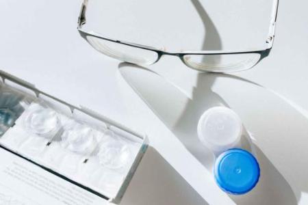 经常戴隐形眼镜真的会导致视力下降吗?